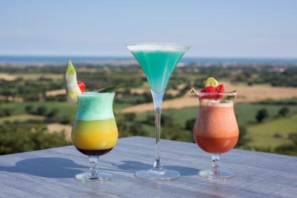 Un cocktail sur la terrasse de notre restaurant avec vue sur mer