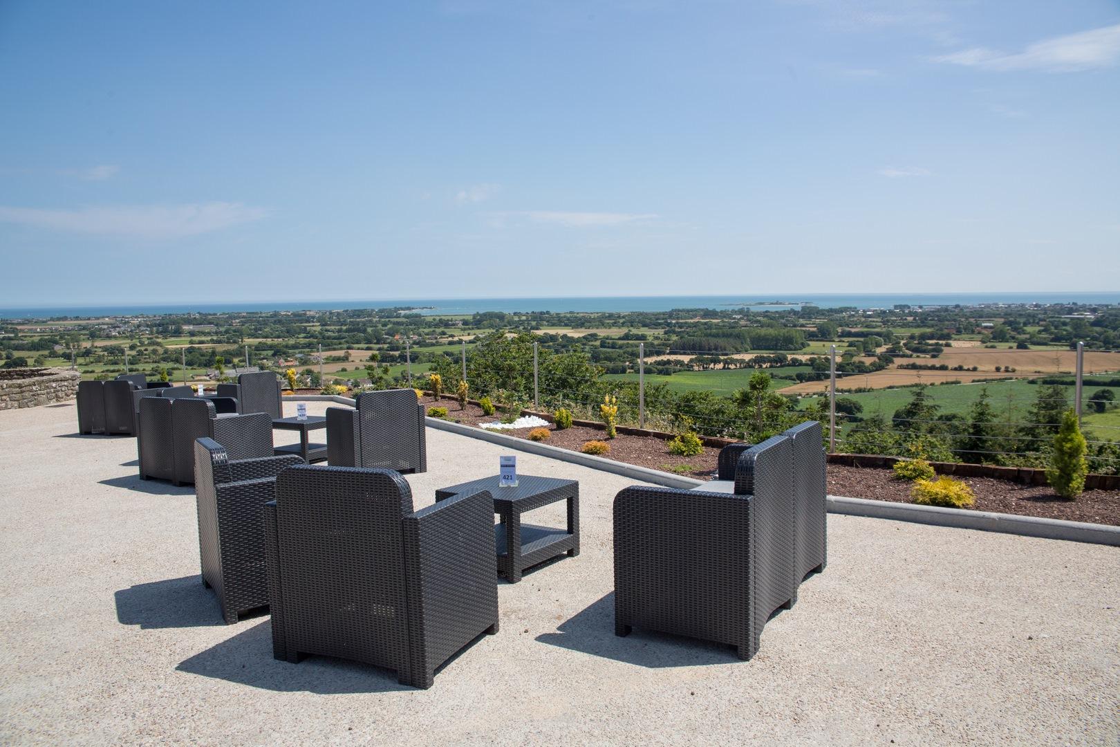 Une terrasse parfaite pour un vin d'honneur lors de votre repas de mariage dans le cotentin