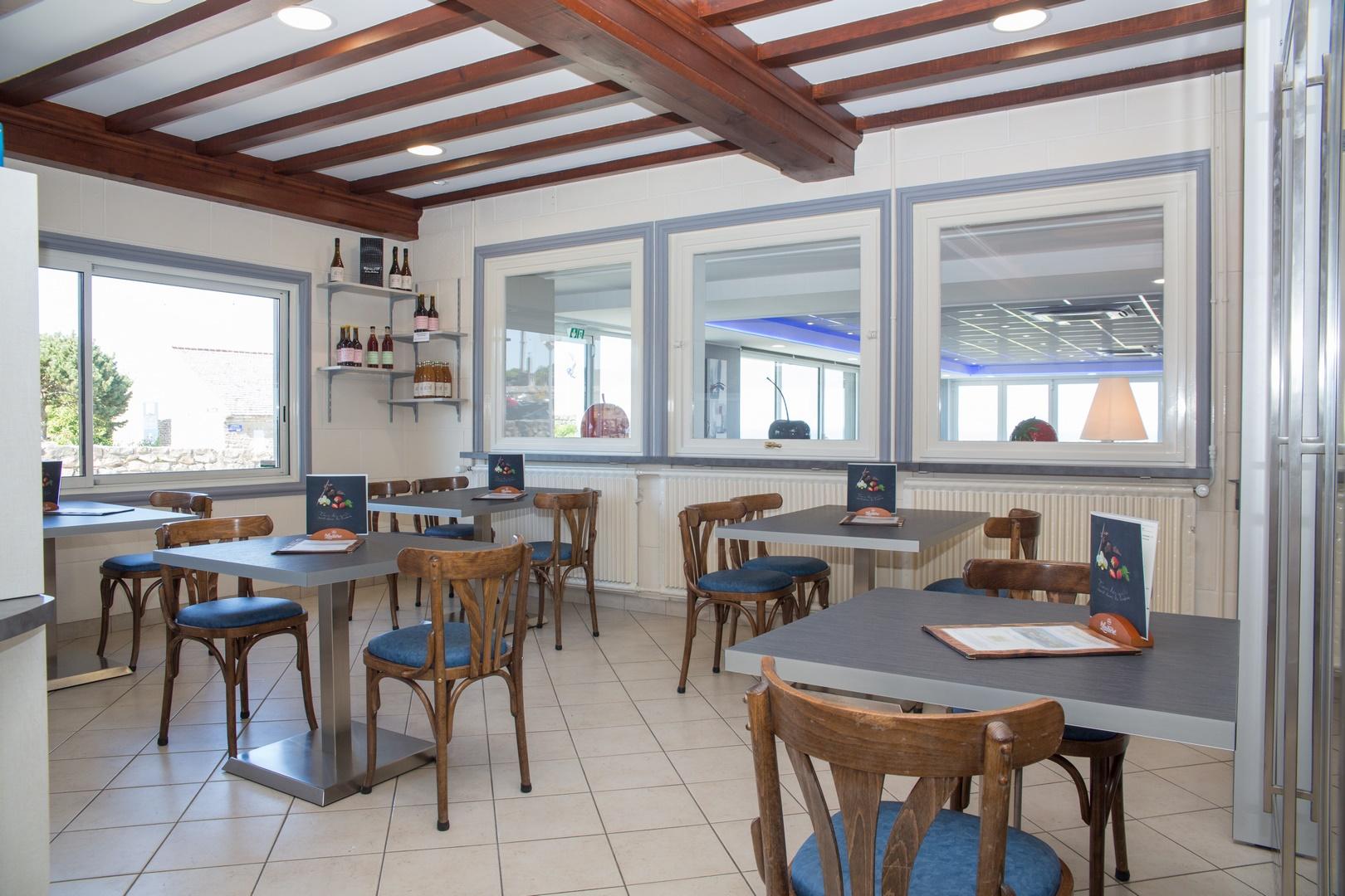 Une pause détente dans notre restaurant vue sur mer en Normandie